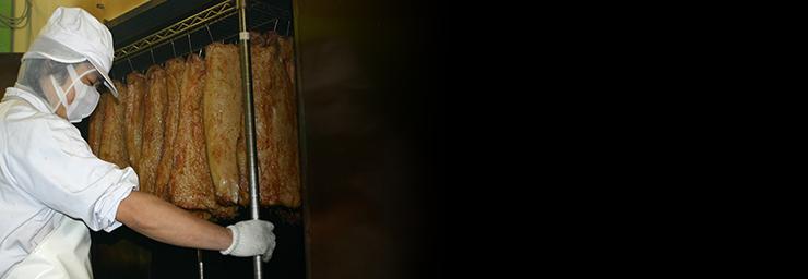 ベーコンは約一ヶ月の長期氷温熟成により生まれるとろける味わいと、薪炭火の遠赤外線効果で旨みが凝縮。