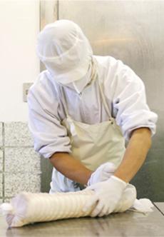 エーデルワイスファームの製品は、驚くほど手間暇かけて造ります。それは美味しくて安心・安全なものをお届けするため。