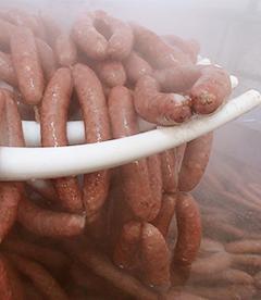 ファームではすべて荒挽きソーセージ。お肉の旨みを最大限に活かしたソーセージに仕上げます。