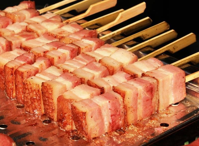 ベーコン串の実演販売!熟成されたお肉と脂身は絶品です。